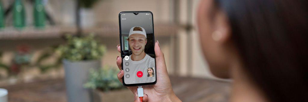 Test Oneplus 6T, scanner d'impression sous l'écran et partie améliorée de la photo: description technique, prix et date de diffusion